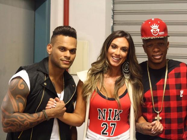 Nicole Bahls, Tony Salles e MC Delano em gravação de clipe em Salvador, na Bahia (Foto: Divulgação)