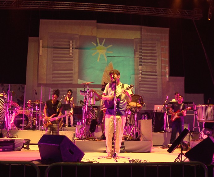 Saulo montou uma banda com três percussionistas (Foto: Jonas Freitas/ Gshow)