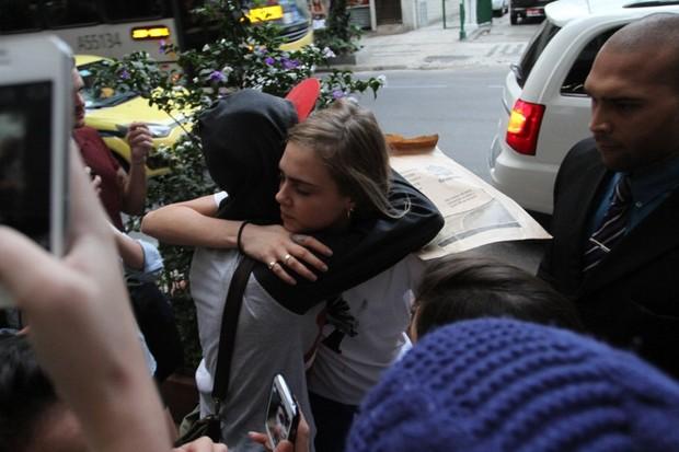Cara Delevingne abraça um fã (Foto: Henrique Oliveira/Fotorio News)