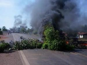 Protesto de moradores bloqueia a BR-316 em Alto Alegre do Maranhão (Foto: Reprodução/ TV Mirante)