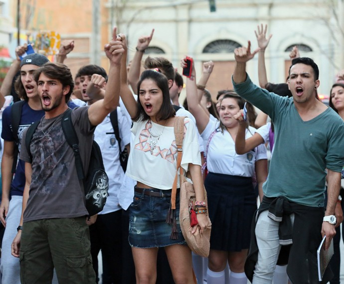 Alunos protestam na porta do Leal Brazil (Foto: Isabella Pinheiro/Gshow)