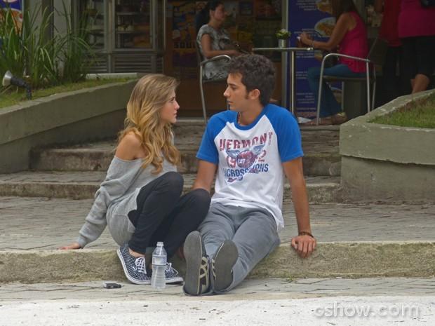 Sofia e Ben conversam sobre o relacionamento (Foto: Malhação / Tv Globo)