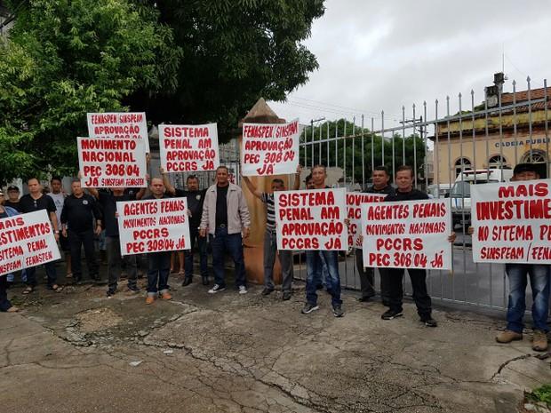 O grupo se reuniu por volta de 10h na frente da unidade prisional (Foto: Suelen Gonçalves/G1 AM)