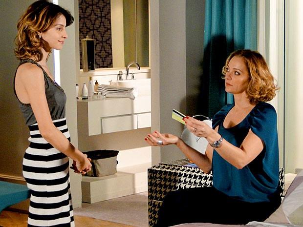 Com o cartão de Cida, Isadora diz a Sônia que já sabe como afogar as mágoas (Foto: Cheias de Charme / TV Globo)