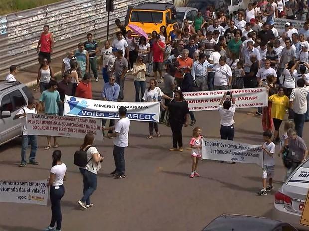 Manifestantes pedem retorno de atividades da Samarco, em Mariana (Foto: Reprodução/TV Globo)