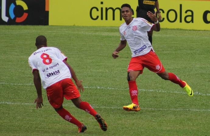 Bangu x Friburguense - Almir comemora gol (Foto: João Carlos Gomes)