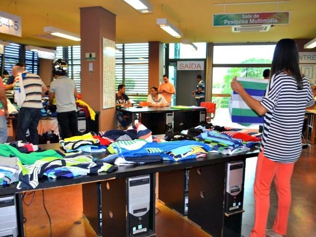Bazar de 5 mil peças foi realizado nesta quarta-feira (4), na Biblioteca da Floresta, em Rio Branco (Foto: Quésia Melo/G1)