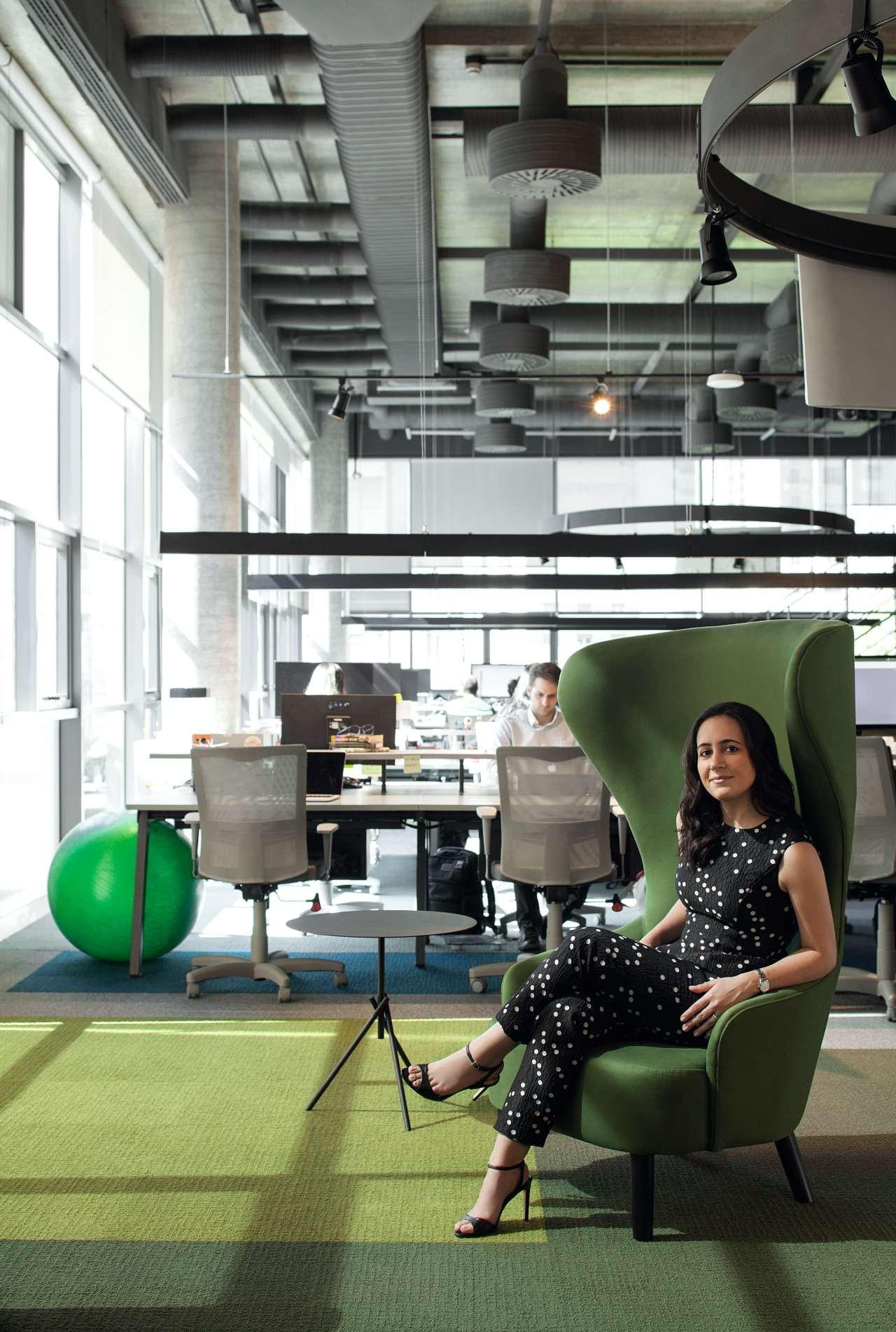 Cristina Junqueira, vestindo Carolina Herrera, posa na sede da Nubank, em São Paulo  Styling: Patricia Tremblais (Foto: Gabriel Arantes)