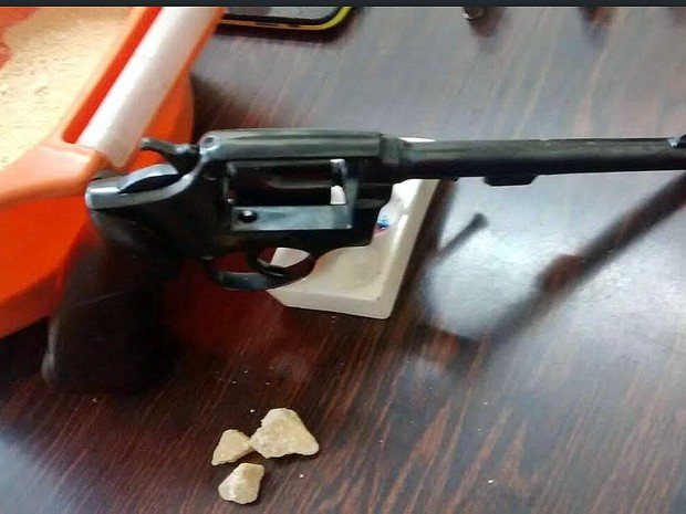 Arma apreendida pela polícia na casa do suspeito em Porto Ferreira (Foto: Osni Martins/Arquivo pessoal)