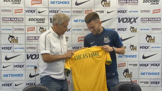 Clodoaldo entrega camisa para Lucas Lima (Foto: Reprodução/TV Tribuna)