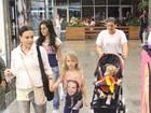 Gabriela Duarte toma sorvete com os filhos em shopping