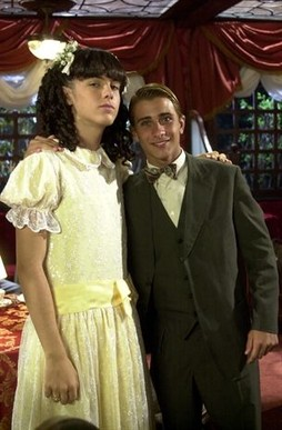 """(Foto: Kayky Brito como Bernadete, de """"Chocolate com pimenta"""" (2003) , ao lado do ator Gabriel Azevedo/ Foto: Gianne Carvalho)"""