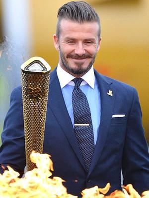 Beckham desembarca com a tocha olímpica na Inglaterra (Foto: Reuters)