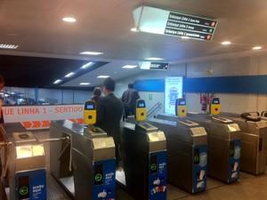 Passageiros voltam a embarcar no Metrô Botafogo após estações ficarem fechadas (Foto: Renata Soares/G1)