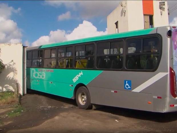 Frota de ônibus é reduzida após ônibus sumirem de empresa na Bahia (Foto: Imagem/ Tv Subé)