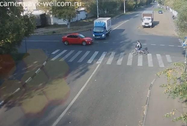 Câmeras de segurança registraram ciclista escapando de acidente impressionante (Foto: Reprodução/YouTube/AVK WELLCOM)