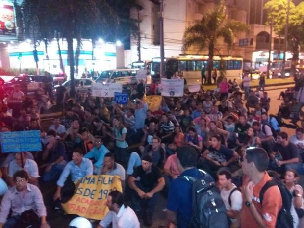 Alunos sentaram em frente ao Norte Shopping e fecharam a Avenida Dom Hélder Câmara (Foto: Rafaela Cazelli/ Arquivo pessoal)