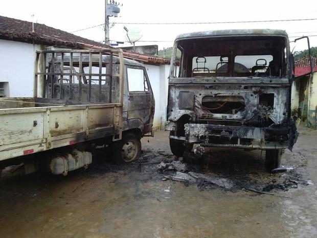 Dois caminhões da prefeitura são incendiados em Ouro Verde de Minas (Foto: Victor Couy/Inter TV dos Vales)
