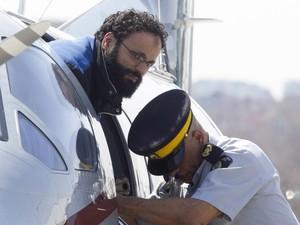 Chiheb Esseghaier, um dos homens acusados de planejar um ataque terrorista no Canadá, é levado de um avião por um policial no aeroporto Buttonville ao norte de Toronto. (Foto: Chris Young/The Canadian Press/AP)