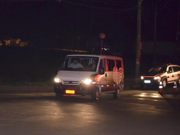Carro da funerária deixa o bairro levando corpo após conflito em Piracicaba (Foto: Thomaz Fernandes/G1)