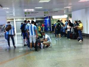 Torcedores fazem fila para trocar dinheiro do aeroporto de Brasília (Foto: Isabella Formiga/G1)