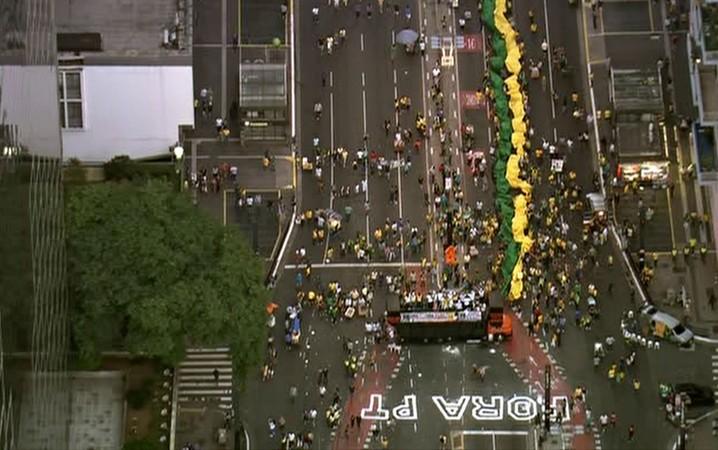 SÃO PAULO - Após protesto contra o governo Dilma na Avenida Paulista, manifestantes vão deixando o local.