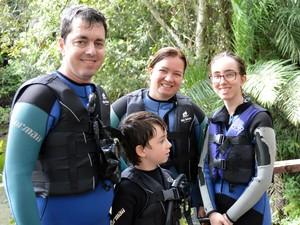 Funcionário público Luiz Casolaro, junto com a esposa Ana Maria e os filhos Ana Beatriz e João, em Bonito (Foto: Anderson Viegas/G1 MS)