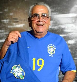 Zito ex-jogador camisa Seleção homenagem (Foto: Jorge William / Agência O Globo)