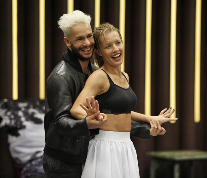 Rainer Cadete e Juliana Valcézia se divertem em ensaio do 'Dança' (Foto: Raphael Dias / Gshow)