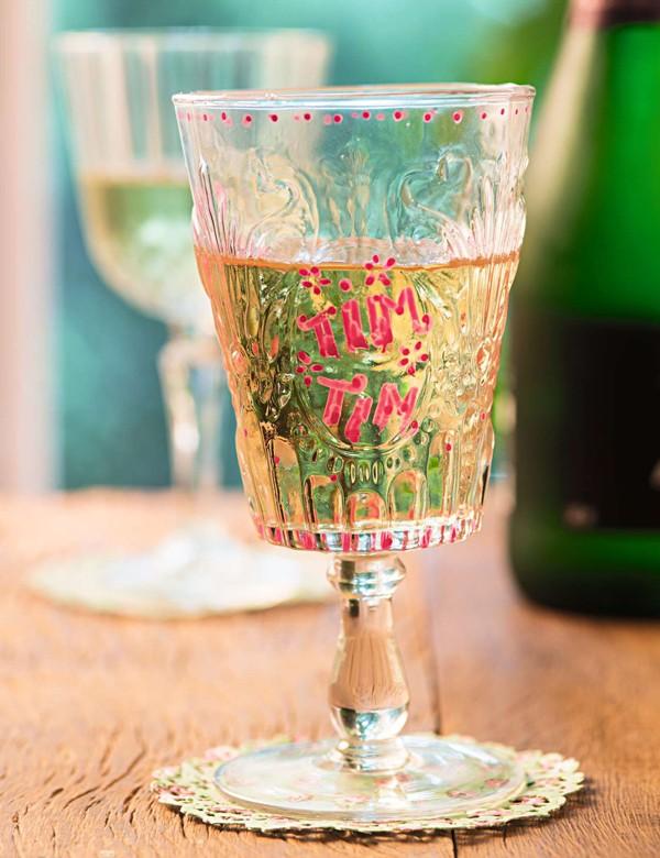 Com caneta para vidro, você pode customizar as taças da festa. A ideia também vale para usar os copos como marcadores de lugar, escrevendo o nome dos convidados (Foto:  Cacá Bratke/Editora Globo)