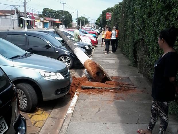 Caminhão puxou fios e poste caiu sobre carros parados (Foto: TEM Você/ Valmir Carlos Júnior)