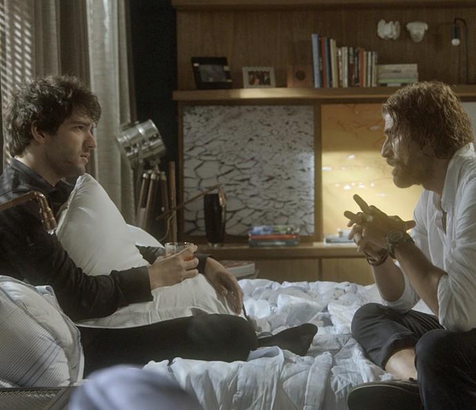 Pedro pergunta a Tiago quem é Isabela (Foto: TV Globo)