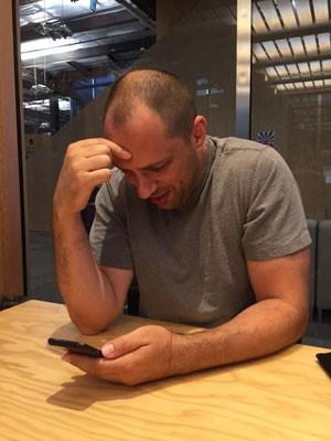 Jan Koum, presidente do WhatsApp, escrevendo anúncio de que o app chegou a 900 milhões de usuários. (Foto: Arquivo Pessoal/Mark Zuckerberg)