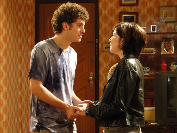 Alexia avisa Gabriel que Moisés foi solto e tem uma surpresa (Foto: Malhação / TV Globo)
