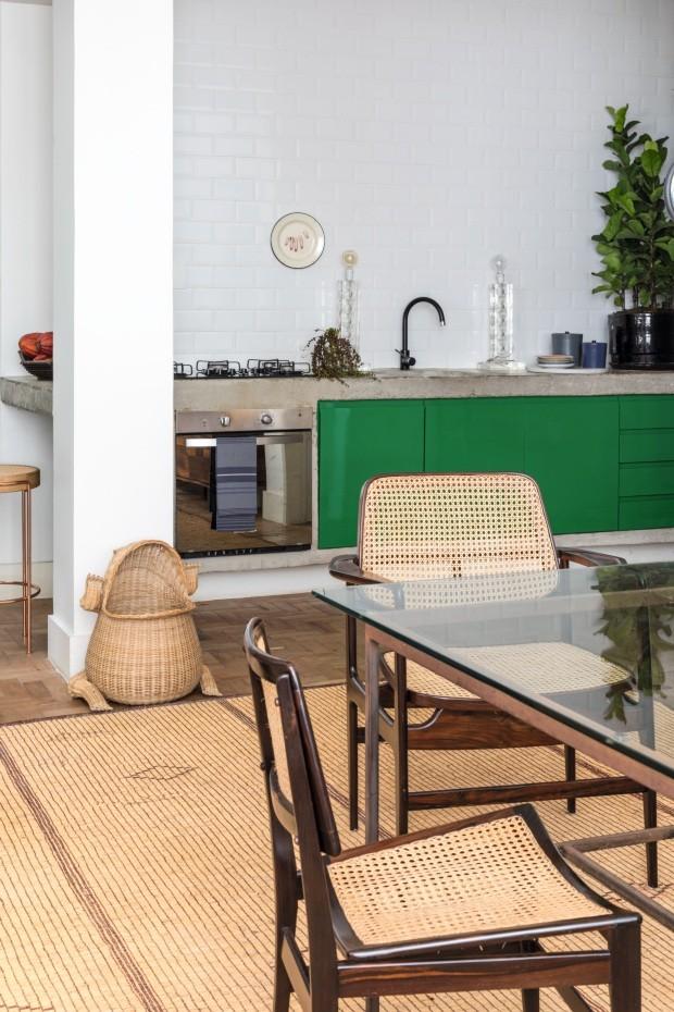 Casa carioca mistura clima tropical, objetos artesanais e design moderno (Foto: Fran Parente)