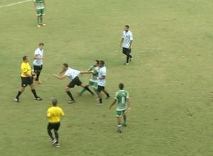 Atacante parte para cima do árbitro em jogo contra o Nova Conquista  (Foto: Reprodução/TV Anhanguera)