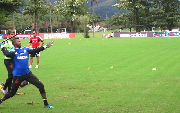 Felipe treino Flamengo lançamento de dardo (Foto: Thiago Benevenutti)