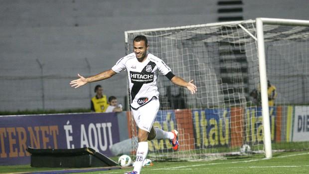 Roger comemora gol da ponte preta contra o Cruzeiro (Foto: Pedro Amatuzzi / Agência Estado)