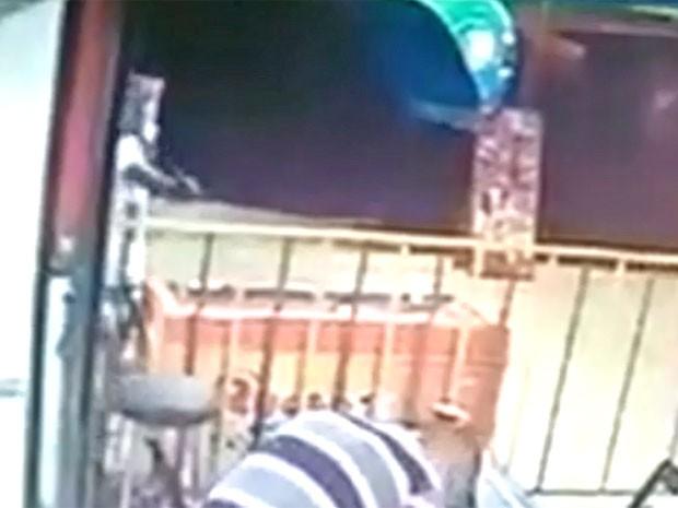 Imagem mostra suspeito se aproximando da vítima, com a arma em punho, no DF (Foto: Reprodução)