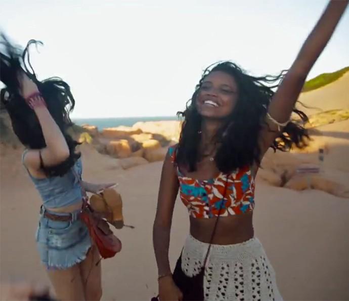 Aline Dias pula nas areias paradisíacas do Nordeste (Foto: Gshow)