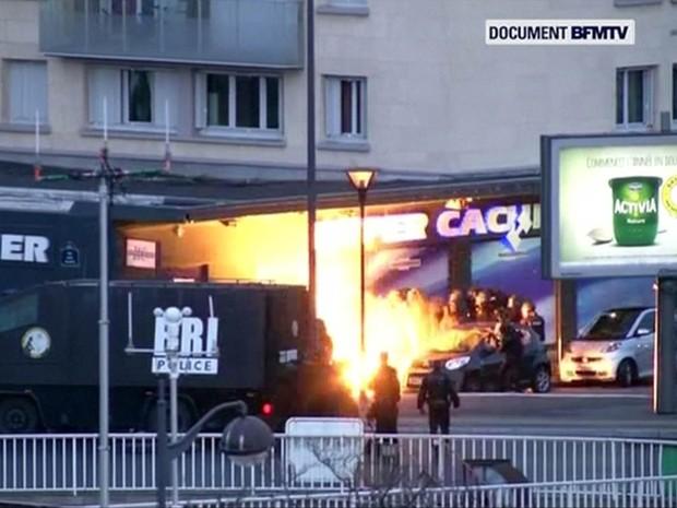 Vídeo captou explosão do momento em que a polícia fez ataque para invadir mercado kosher e livrar reféns (Foto: BFMTV/Reuters)