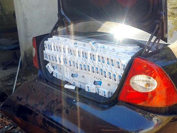 Motorista fugiu após abordagem e policiais encontraram 1,6 mil pacotes de cigarro. (Foto: PRF/MT)