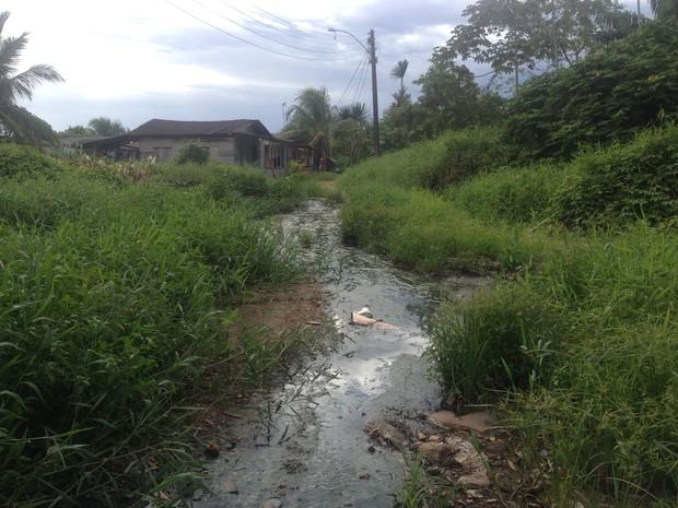 Segundo moradores, situação dura há cerca de dois anos (Foto: Jéssica Alves/G1)