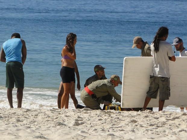 Camila a observa com atenção as instruções para fazer a cena (Foto: Juliana Lessa/Gshow)
