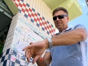 Sanderson não se descuidou do repelente na fila da vacina (Foto: Reprodução/ TV Gazeta)