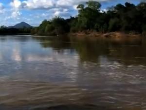 Buscas são feitas em rio onde garoto desapareceu (Foto: Reprodução/RBS TV)