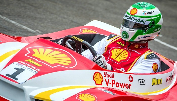 Nelsinho Piquet com capacete em homenagem à Chapecoense nas 500 Milhas de Kart