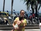 Letícia Birkheuer passeia com o filho