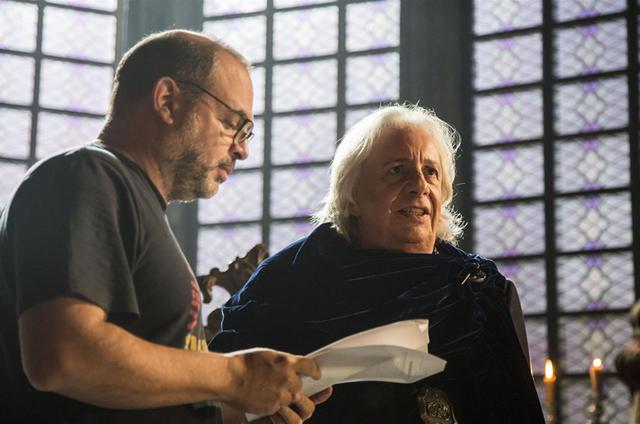 Fabricio Mamberti dirige Marco Nanini em 'Deus salve o rei' (Foto: Marilia Cabral/TV Globo)