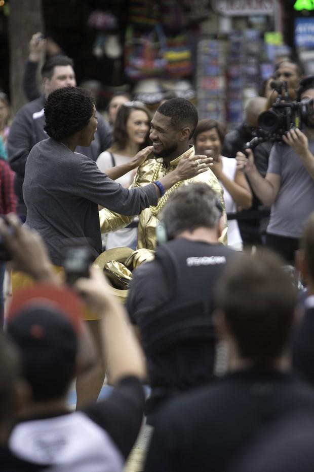 Usher e fã (Foto: AKM-GSI/Agencia)